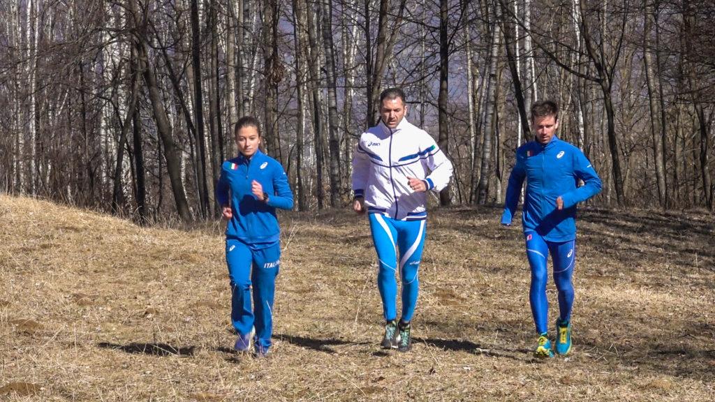 Atleti della nazionale che corrono sul percorso